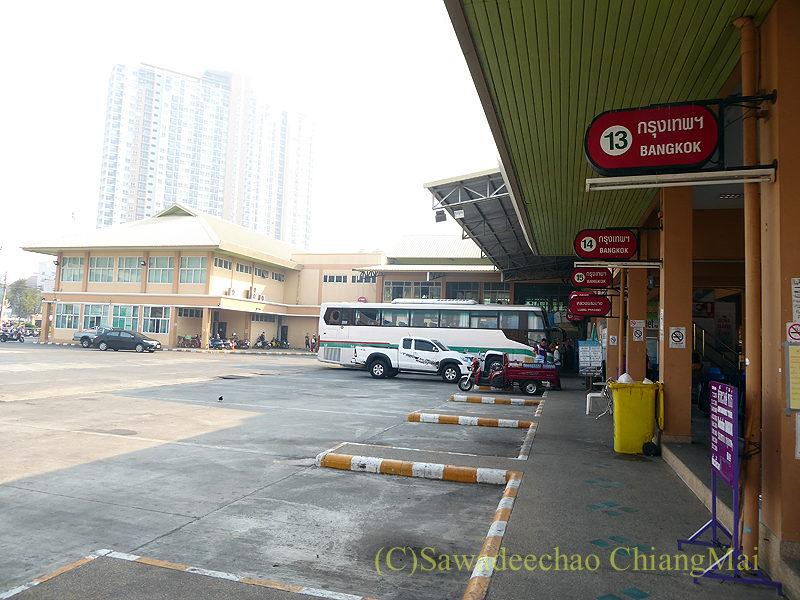チェンマイにある新アーケードバスターミナルのバス乗り場