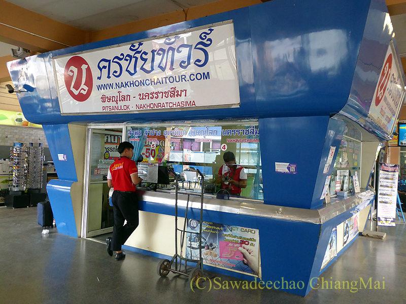 チェンマイにある新アーケードバスターミナルのナコンチャイツアー切符売場