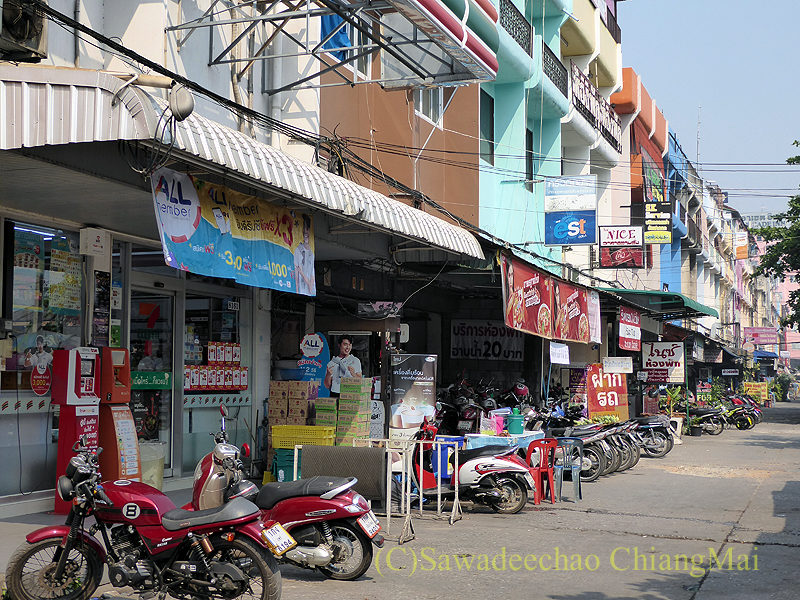 チェンマイにあるアーケードバスターミナルのそばの商店街