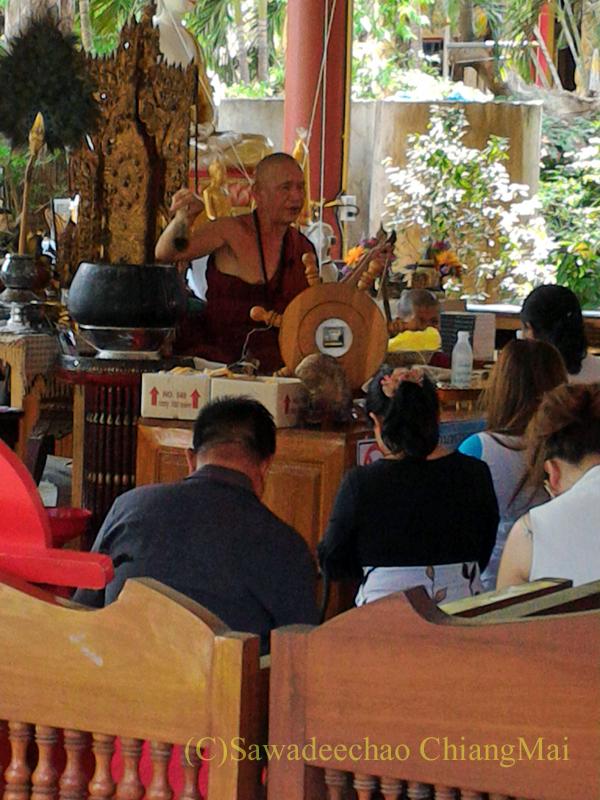 チェンマイのワットシードーンムーンでの高僧クルーバー・ノーイの説教