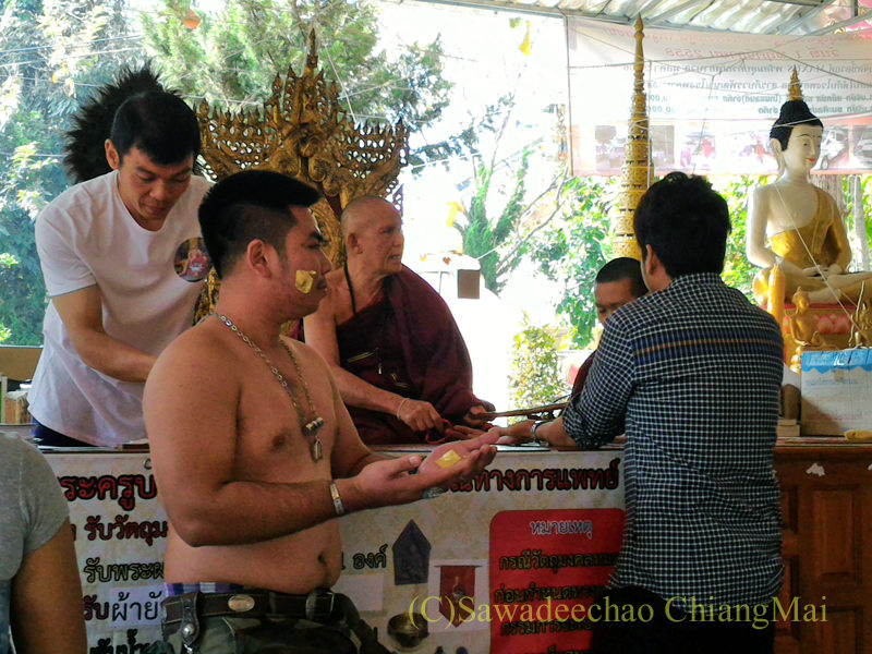 チェンマイのワットシードーンムーンでの高僧クルーバー・ノーイの祈祷の様子
