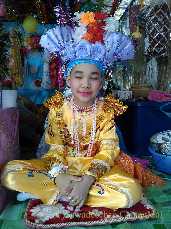 タイヤイ(シャン族)の出家得度式ポーイサーンローンの民族衣装を着た子供