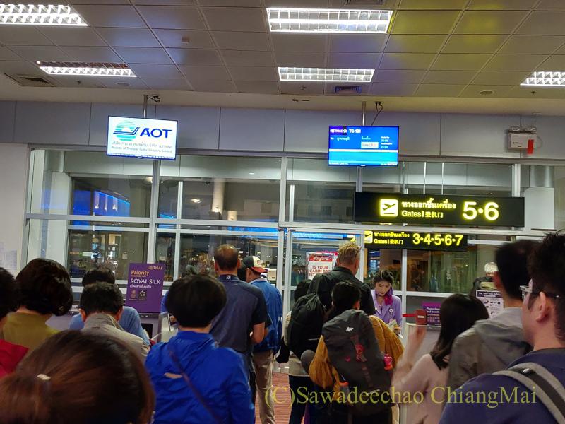 タイ国際航空TG121便のチェンマイでの搭乗風景