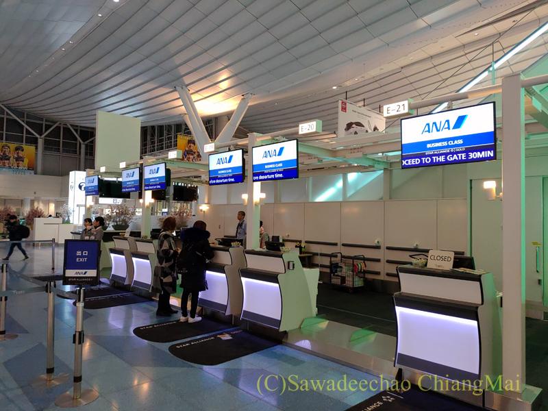 羽田空港国際線ターミナルの全日空チェックインカウンター