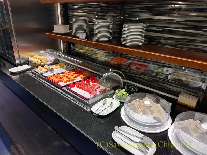 バンコク・スワンナプーム空港のタイ国際航空国内線ラウンジフルーツのコーナー