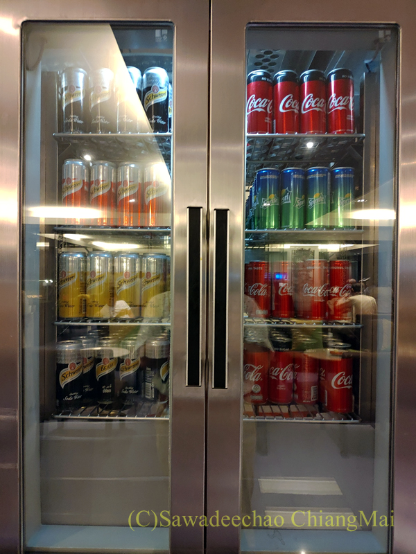 バンコク・スワンナプーム空港のタイ国際航空国内線ラウンジの冷たい飲み物のコーナー