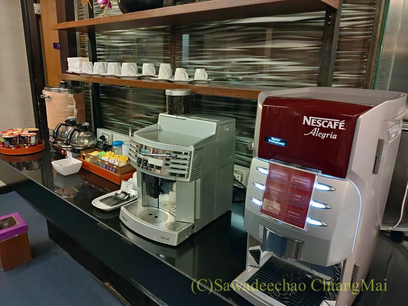 バンコク・スワンナプーム空港のタイ国際航空国内線ラウンジのコーヒーメーカー