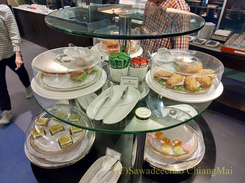 バンコク・スワンナプーム空港のタイ国際航空国内線ラウンジのパン類のコーナー