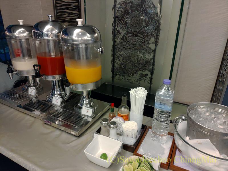 バンコク・スワンナプーム空港のタイ国際航空国内線ラウンジのジュース類のコーナー