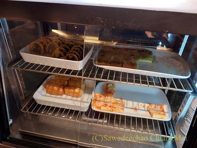 バンコク・スワンナプーム空港のタイ国際航空国内線ラウンジのパイ類のコーナー