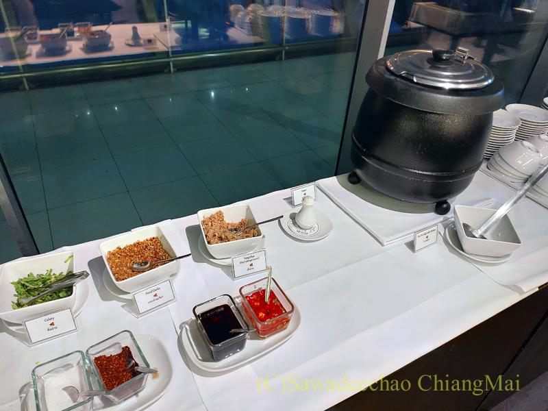 バンコク・スワンナプーム空港のタイ国際航空国内線ラウンジのお粥のコーナー