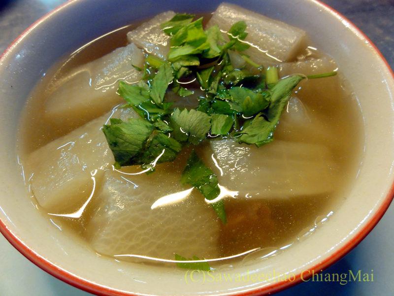 チェンマイの大衆中華レストラン、ティパロット(味露飯店)の豚骨と大根のスープ