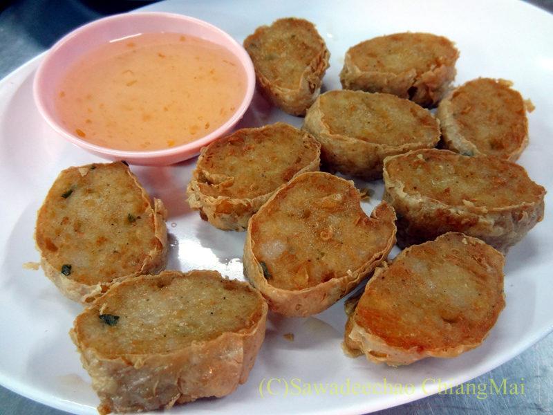 チェンマイの大衆中華レストラン、ティパロット(味露飯店)のカニ肉の湯葉巻き揚げ