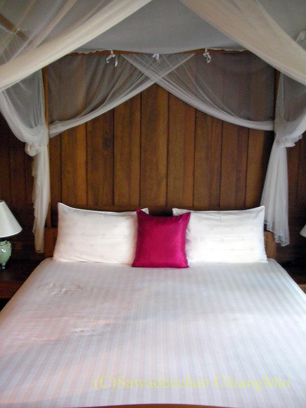 チェンマイにある中級ホテル、バーンユーサバーイブティックハウスのベッド