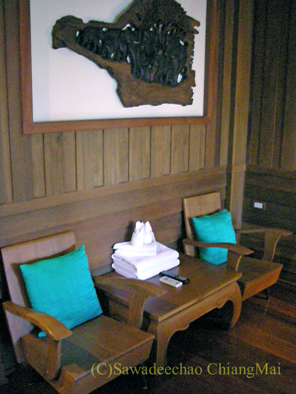 チェンマイにある中級ホテル、バーンユーサバーイブティックハウスの客室のテーブルとイス