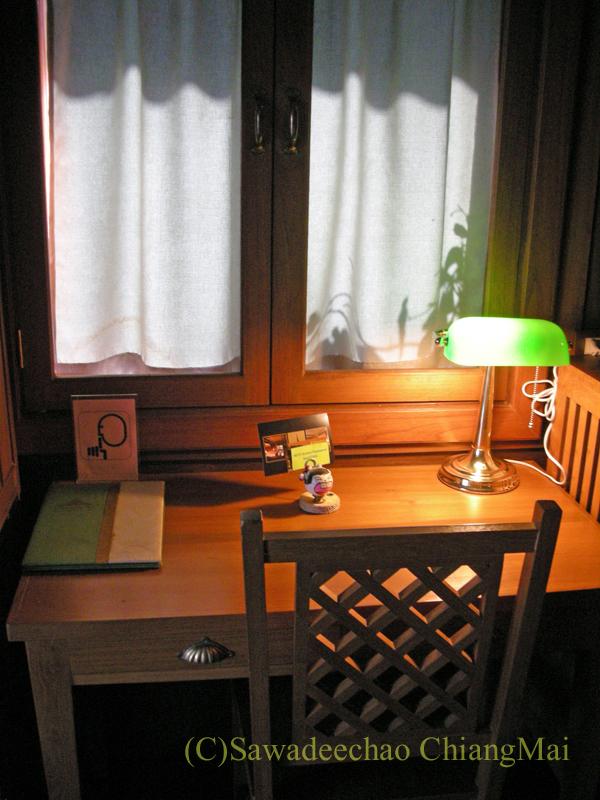 チェンマイにある中級ホテル、バーンユーサバーイブティックハウスの客室のライティングデスク