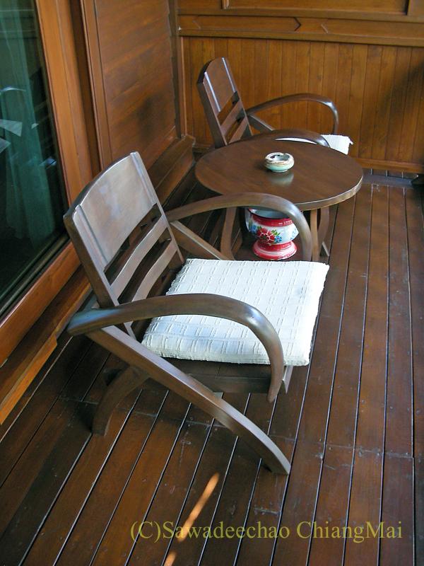 チェンマイにある中級ホテル、バーンユーサバーイブティックハウスの客室のテラス