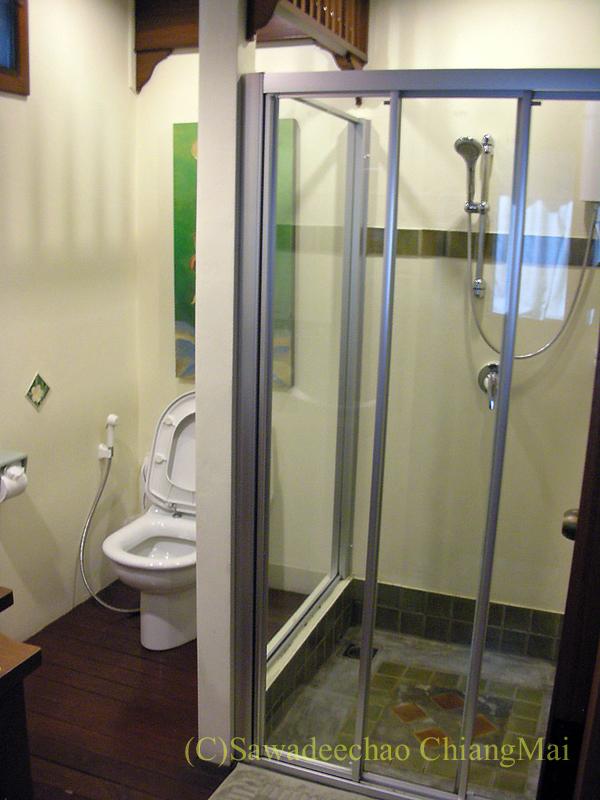 チェンマイにある中級ホテル、バーンユーサバーイブティックハウスのバスルーム概観