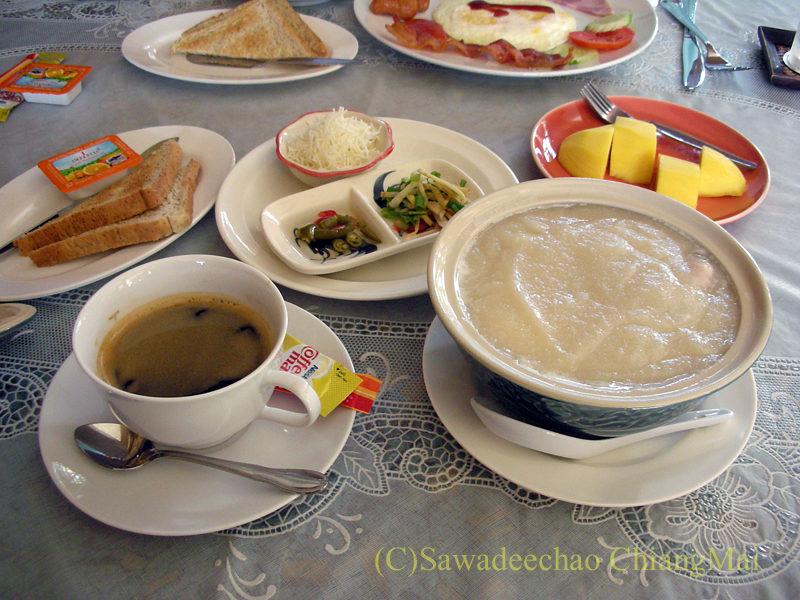 チェンマイにある中級ホテル、バーンユーサバーイブティックハウスのお粥の朝食