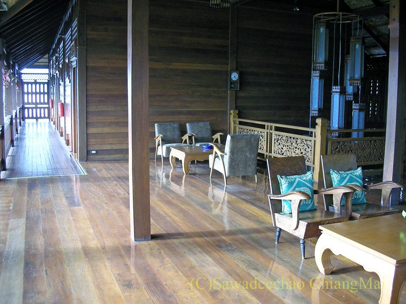 チェンマイにある中級ホテル、バーンユーサバーイブティックハウスの2階ホール