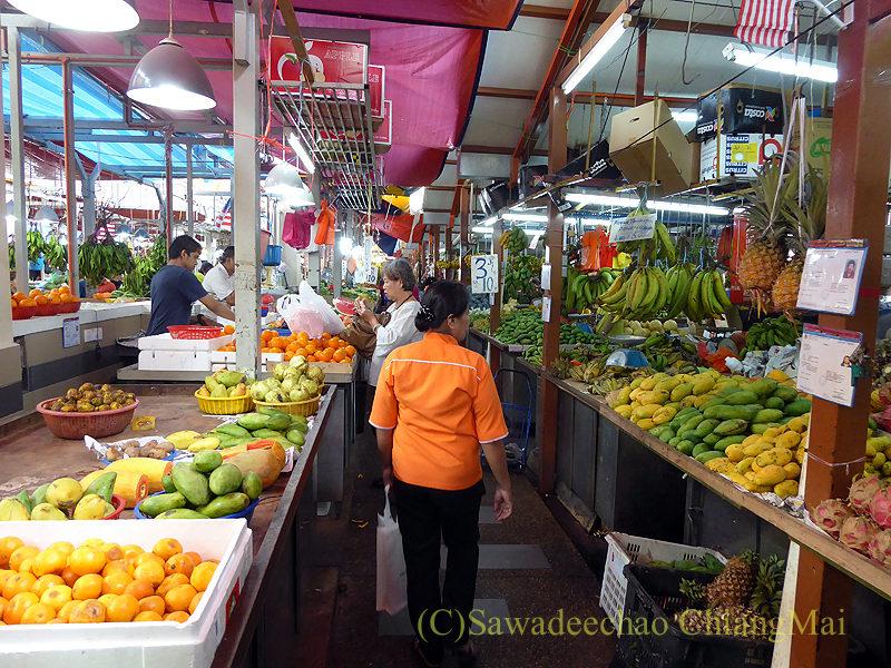 マレーシアのクアラルンプールにあるチョウキット市場の果物売場