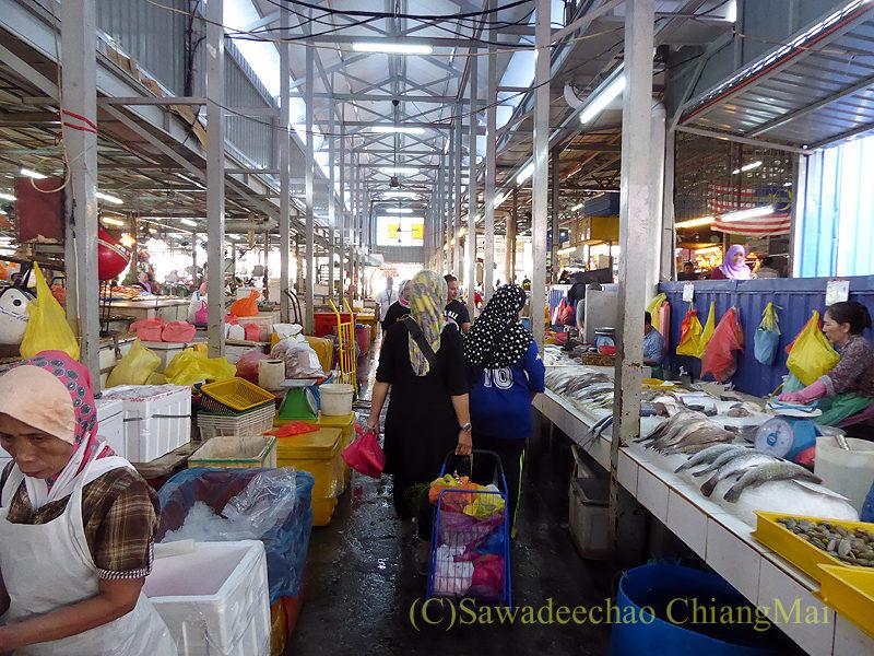 マレーシアのクアラルンプールにあるチョウキット市場の魚売り場