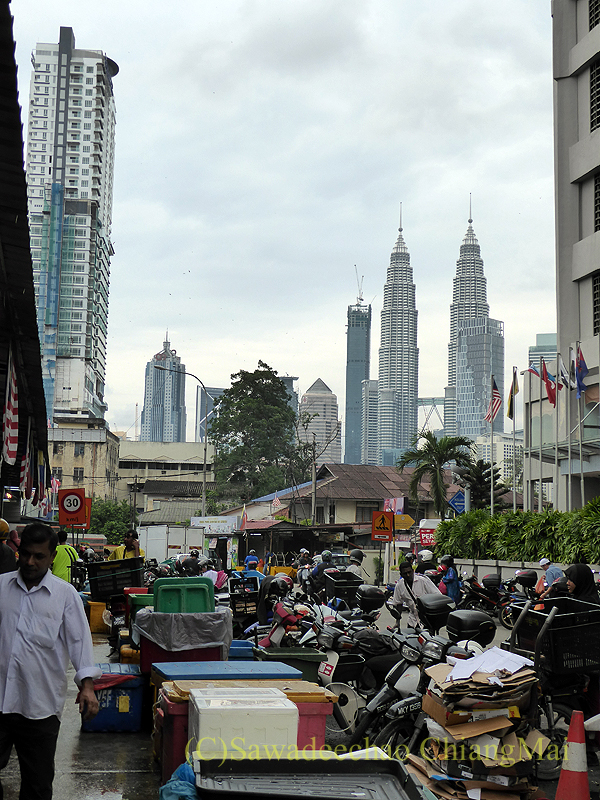 マレーシアのクアラルンプールにあるチョウキット市場から見たペトロナスツインタワー
