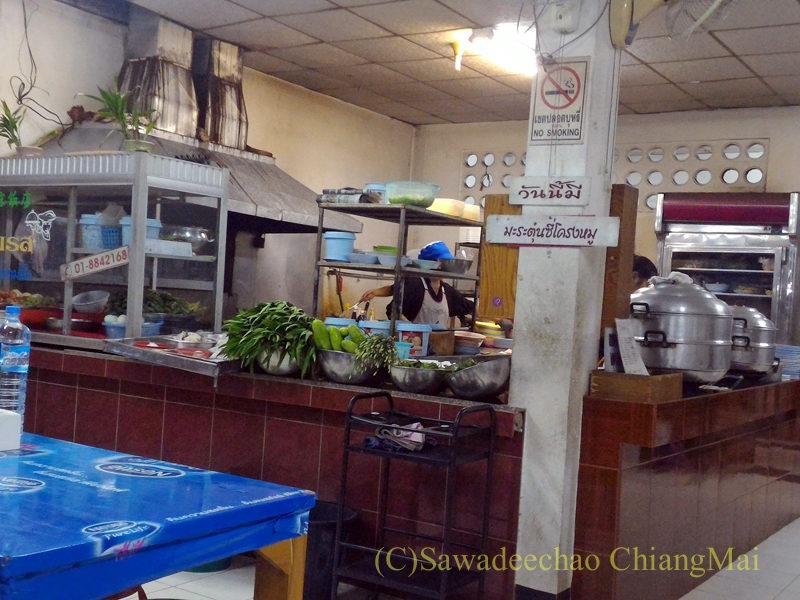チェンマイの大衆中華レストラン、ティパロット(味露飯店)のキッチン