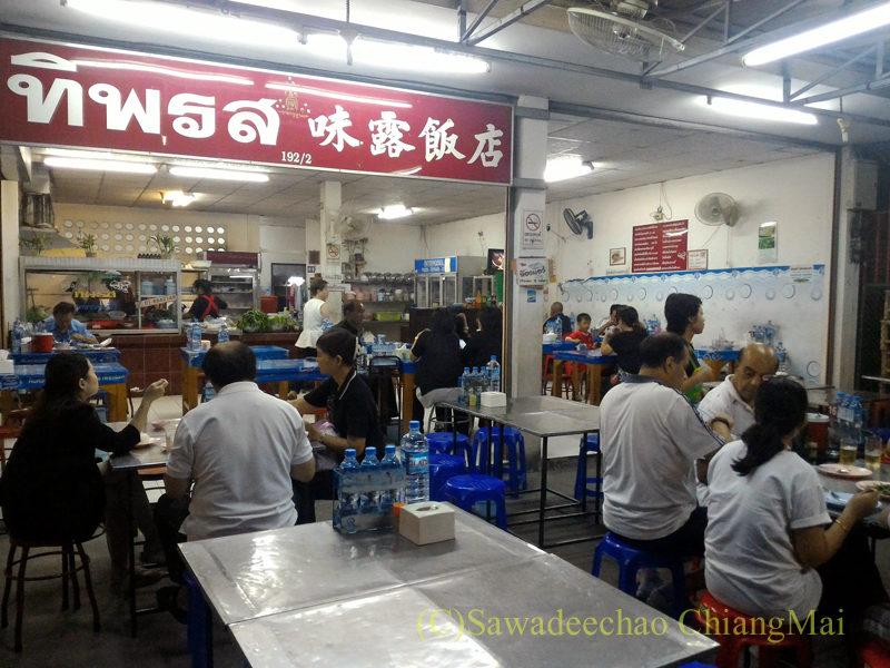 チェンマイの大衆中華レストラン、ティパロット(味露飯店)の店内