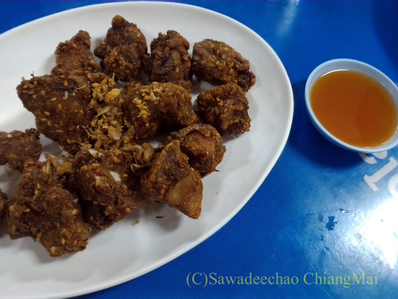 チェンマイの大衆中華レストラン、ティパロット(味露飯店)の豚スペアリブのニンニク揚げ