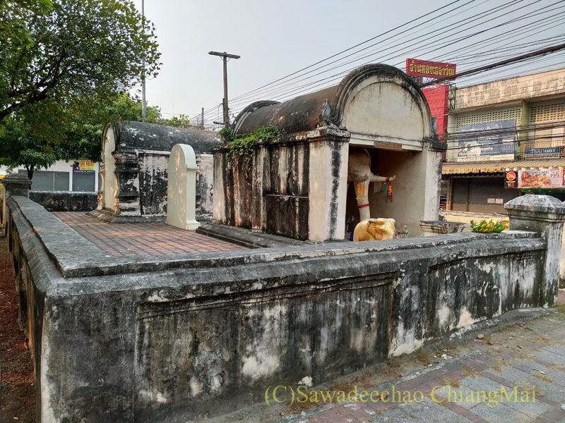 チェンマイにあるチャーンプアックバスターミナル近くの白象像
