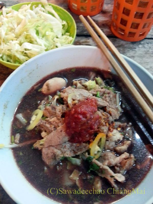 チェンマイの通称「ジミー大西の店」のクエティオ(麺)店のセンレクナムトクムー