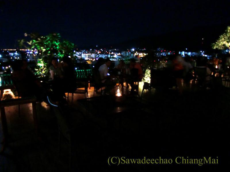 チェンマイの夜景がきれいなパブレストラン、ザナドゥーのテラス席