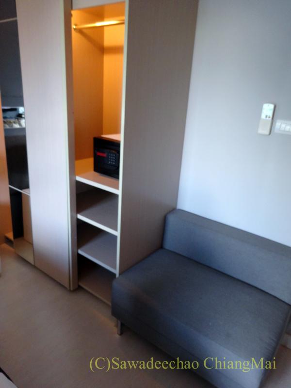バンコクのホテル、アットマインドエグゼクティブスイーツのソファとクローゼット