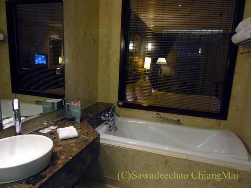 バンコクのノボテルバンコクスワンナプームエアポートホテルのバスルーム概観