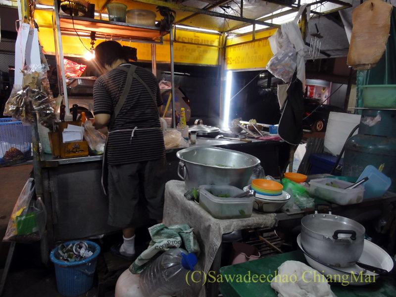 チェンマイの通称「ジミー大西の店」のクエティオ(麺)店のキッチン