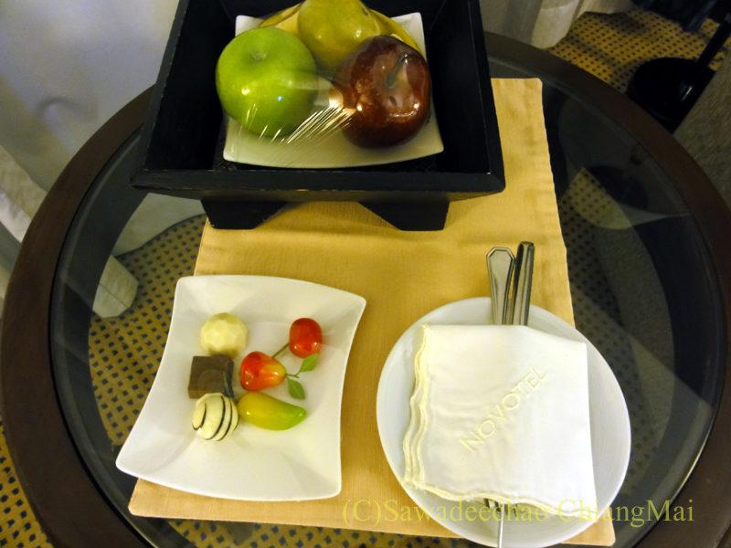 バンコクのノボテルバンコクスワンナプームエアポートホテルのウエルカムスイーツ&フルーツ