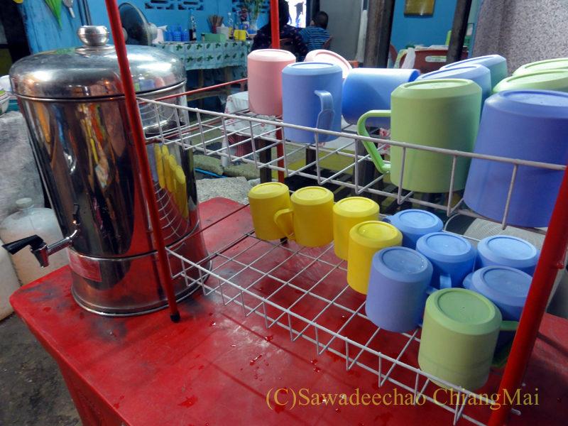 チェンマイの通称「ジミー大西の店」のクエティオ(麺)店の水置き場