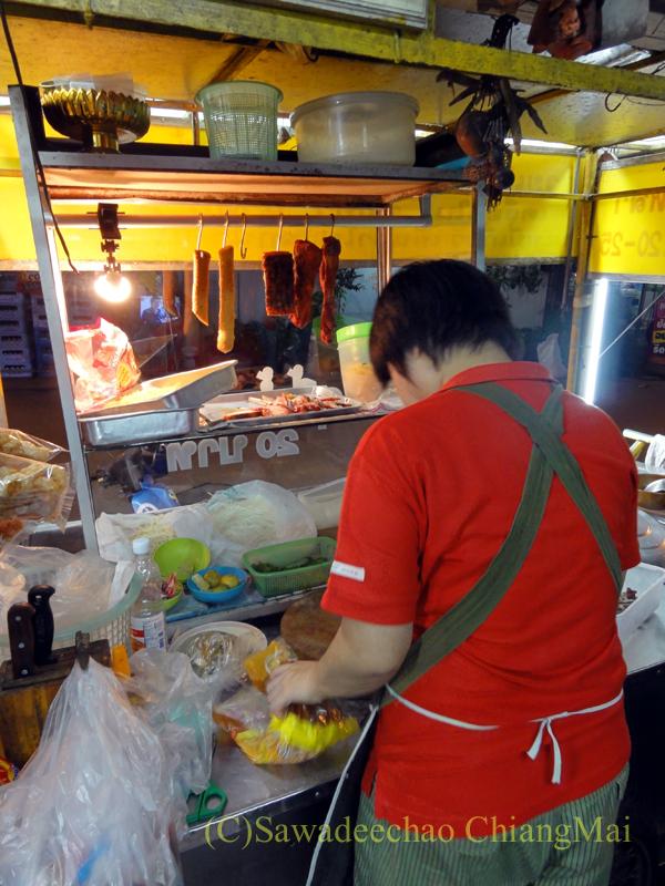 チェンマイの通称「ジミー大西の店」のクエティオ(麺)店の調理風景