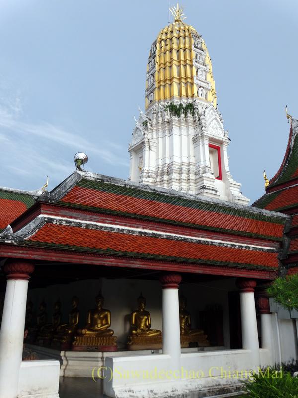 タイのピサヌロークにあるワットプラシーラトナマハータートの回廊