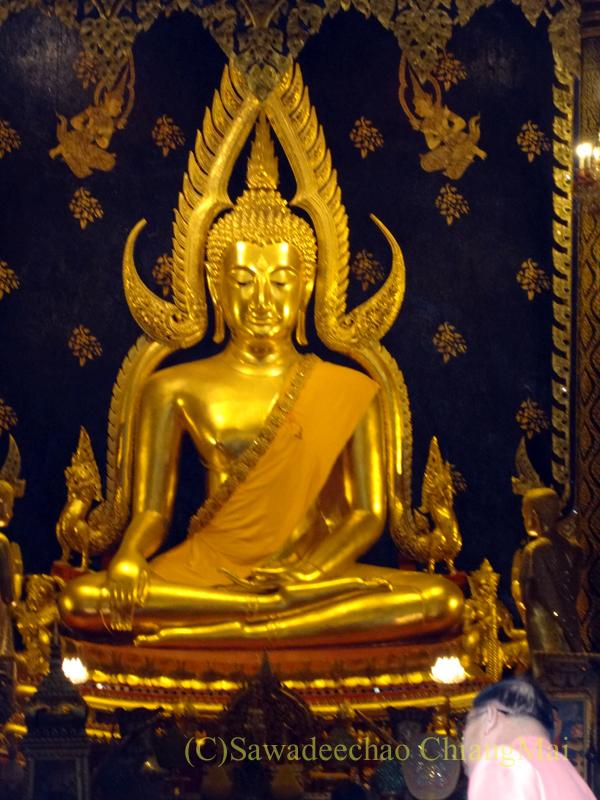 タイのピサヌロークにあるタイで一番美しいと言われる仏像プラプッタチナラート