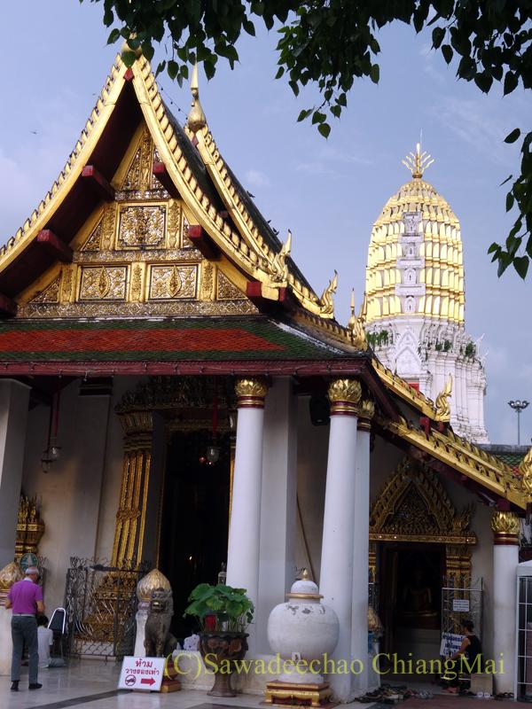 タイのピサヌロークにあるワットプラシーラトナマハータートの本堂と仏塔