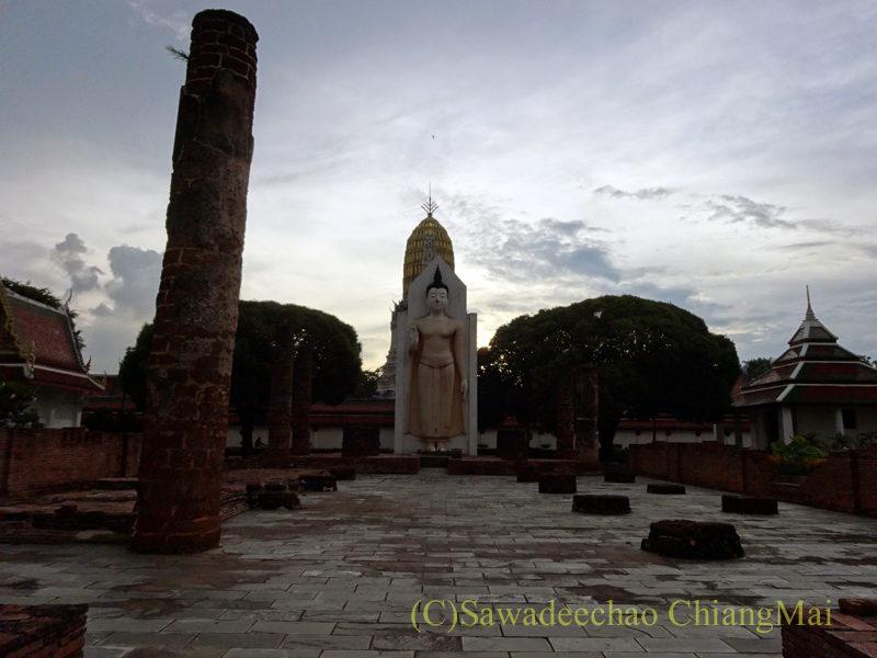 タイのピサヌロークにあるワットプラシーラトナマハータートの遺構と仏像
