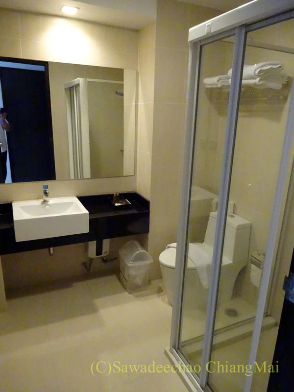 タイ北部の街ナーンにあるバーンナーンホテルのバスルーム概観