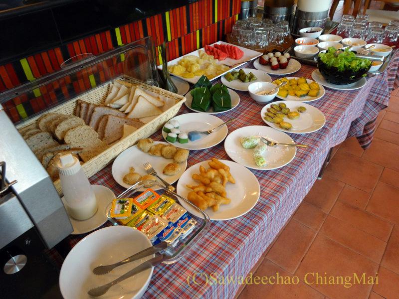 タイ北部の街ナーンにあるバーンナーンホテルの朝食コーナー