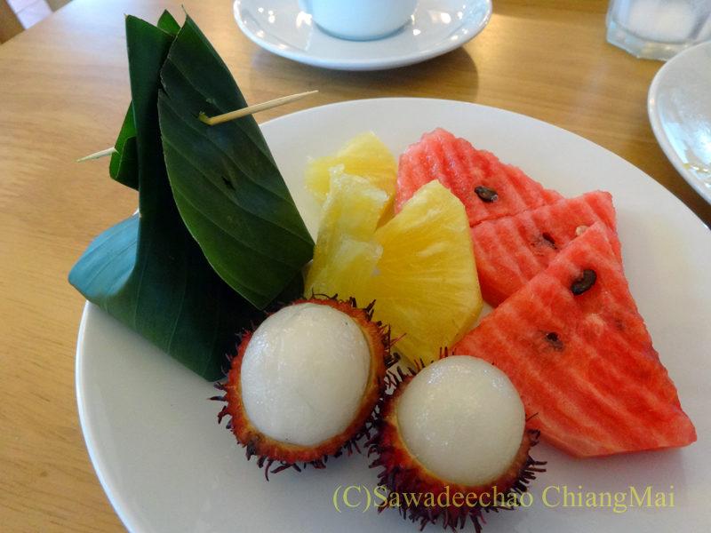 タイ北部の街ナーンにあるバーンナーンホテルの朝食のフルーツ
