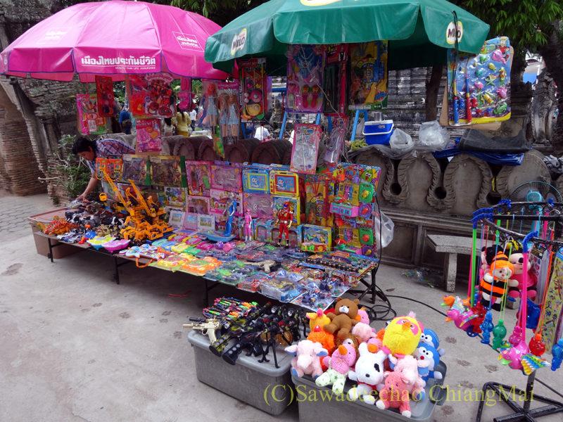 チェンマイのワットパーパオのアーサーラハブーチャー(三宝節)のおもちゃ屋