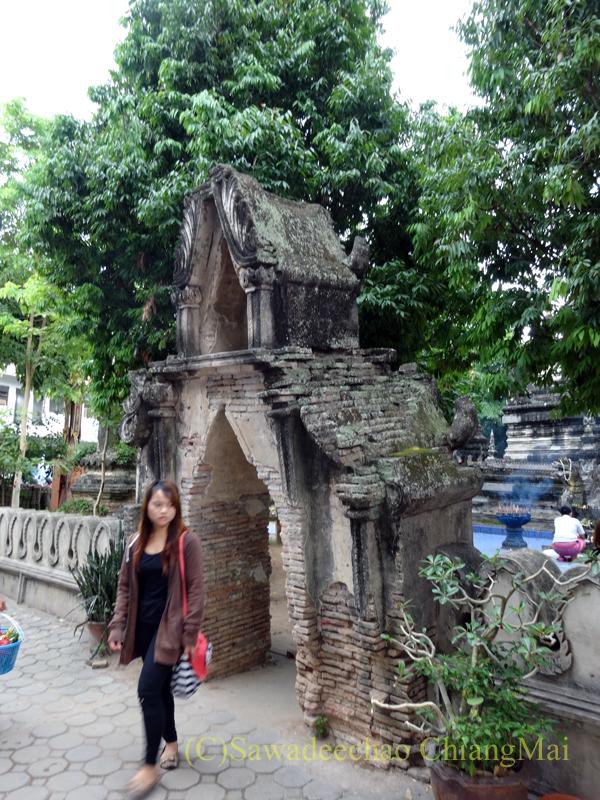 タイのチェンマイでのアーサーラハブーチャー(三宝節)のワットパーパオの楼門