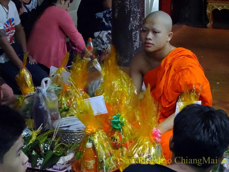 チェンマイのワットパーパオのアーサーラハブーチャー(三宝節)のタムブン