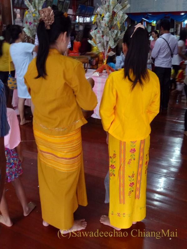 チェンマイのワットパーパオのアーサーラハブーチャー(三宝節)の民族衣装の女性